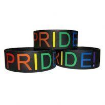 Sort silikonearmbånd med Pride! påskrevet